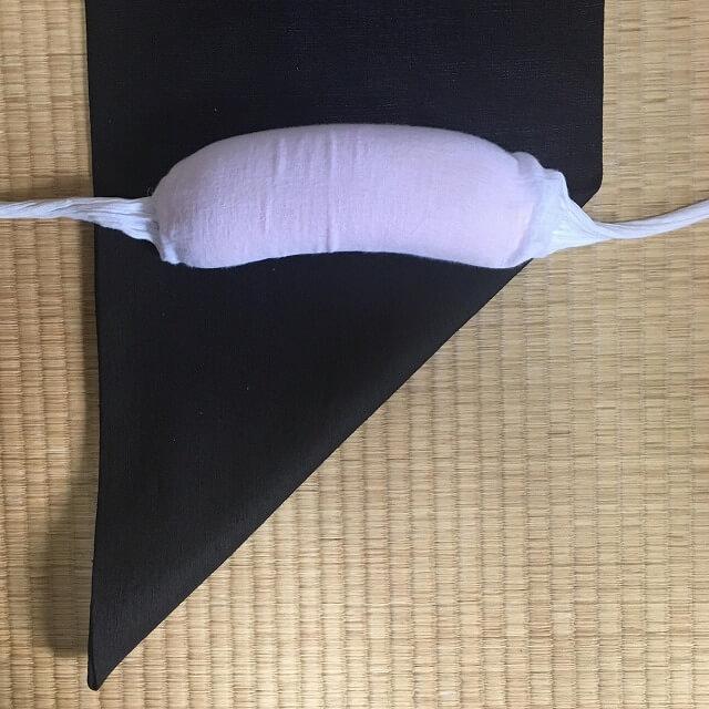 帯枕を当てる図