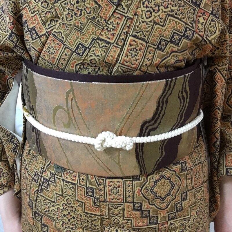 帯留飾りを前に合わせたら、帯留結びの完成!